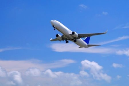 機内で心停止の女性、医学部を卒業したばかりの男性が命を救う