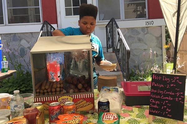 無許可でホットドッグを売り始めた13才少年に、市当局が許可取得を全面支援
