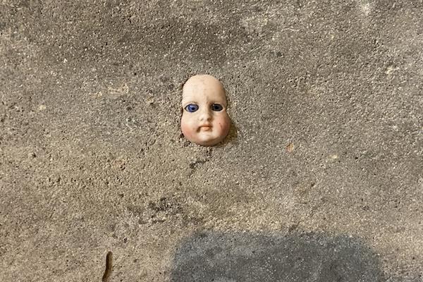 引っ越し先の地下室の壁に、人形の顔が埋め込まれていてゾ〜ッ