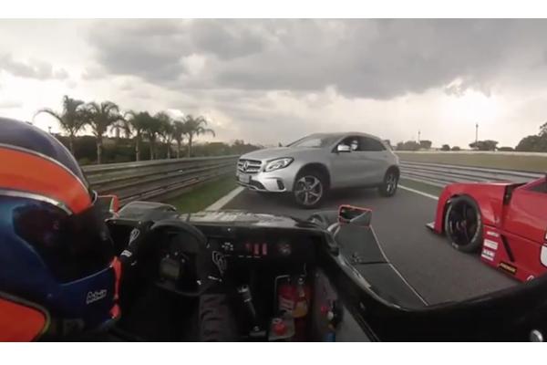 【ブラジル】道に迷ったSUV、レース中のサーキットに入り込む