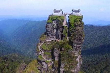 中国の山頂に建つ2つの寺、まるでおとぎ話のよう