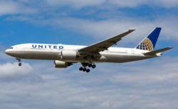 ユナイテッド航空の機内で、男性が新型コロナのような症状を示し、その後死亡