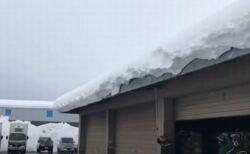 秋田の倉庫で撮影された映像、屋根から大量の雪が落ちる様子がやばすぎる!
