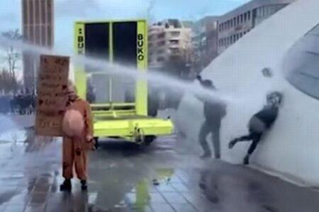 オランダで反ロックダウン・デモ、警察のウォーターキャノンで女性が飛ばされる