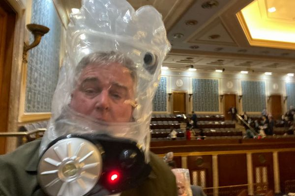 トランプサポーターが連邦議会へ侵入、議員がガスマスクをして避難