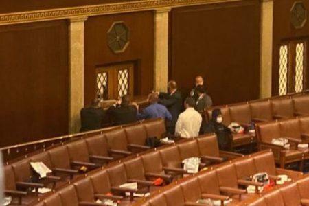 【閲覧注意】米連邦議会に侵入したトランプ支持者の女性が死亡、銃で撃たれ血を流す映像