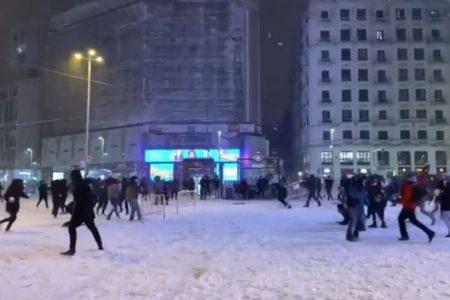 スペインで珍しく大雪、人々がスキーで通行、街では雪合戦が始まった!