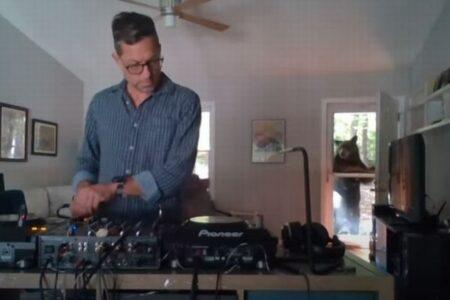 DJが自宅で音楽を流している最中、ドアの外にクマが現れた!