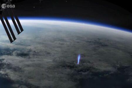 雷雲から突き出す「ブルージェット」、珍しい現象をISSで観測【動画】