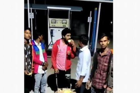 インドで撮影された動画に白い影、若者たちの背後をスーっと横切る