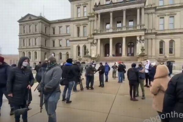 ミシガン州で少数の武装した人々が集結、州兵が議事堂を警護