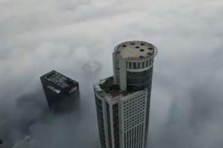イスラエルの街が濃い霧にすっぽり、上空から捉えた映像が幻想的