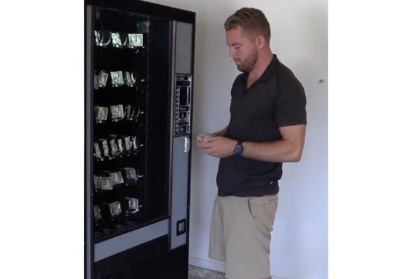 物でお金を買う逆自販機、見ると不思議な気持ちに