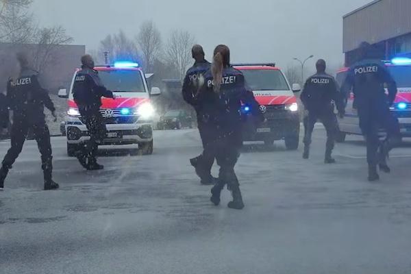 スイス警察のダンス動画が話題を呼び、アイルランド警察がチャレンジを受けて立つ