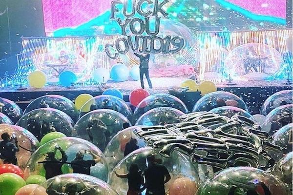 観客もミュージシャンも透明風船に入ってコンサート【アメリカ】