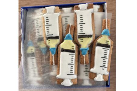 待望の新型コロナワクチンが到着した病院、注射器形のクッキーでお祝い【イギリス】