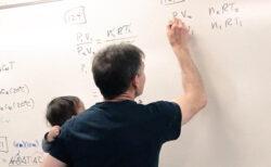 大学教授が学生のために、講義しながらベビーシッターになる