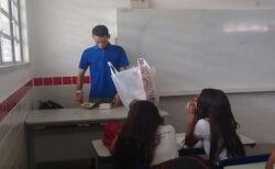 給料をもらえないブラジルの教師に、生徒たちが生活費を援助