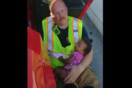 事故現場で子供を抱く消防士、彼が語った仕事の理由が胸を打つ