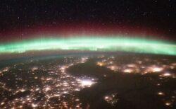 ISSで撮影されたオーロラ、地球の表面を覆う眩い光が美しい