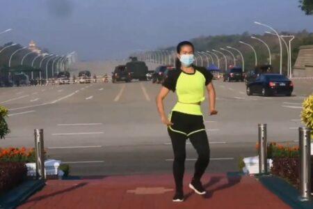 歴史に残るエアロビ動画に!クーデターに向かうミャンマー軍の車両が映り込む