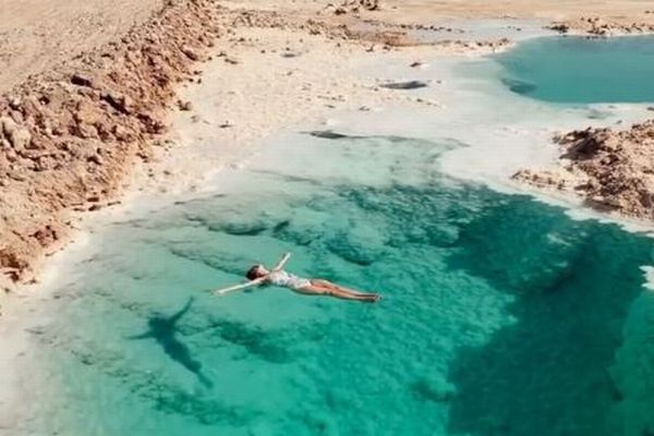 砂漠の真ん中にある透明なオアシス、女性が浮かぶ動画が話題に