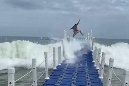 波で大きくうねるペルーの浮き桟橋、男性らが渡ろうとする動画にヒヤリ
