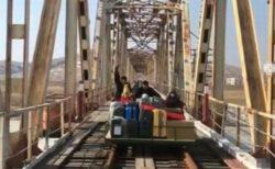 北朝鮮にあるロシア大使館の職員らが、トロッコを押して国境を越える