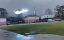 寒さの影響で変圧器がダウン、激しい火花が電線を走っていく