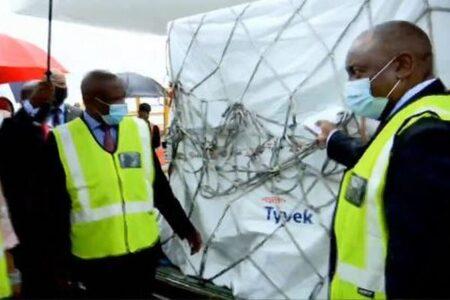 南アに新型コロナのワクチンが到着、大統領が空港で出迎える