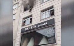 トルコのアパートで火災、母親が子供達を3階の窓から下へ落とす【動画】