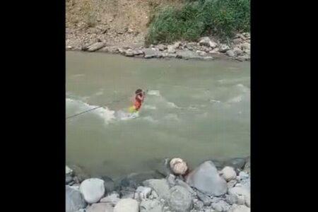 橋が壊れた南米の村で、少女がロープを使って激流を渡る映像がショッキング