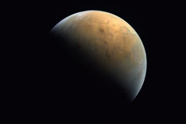 UAEの探査機が火星の姿をとらえ、初めて地球へ画像を送信