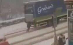 超怪力の女性が出現?雪の中でトラックを押して動かすような姿が撮影される