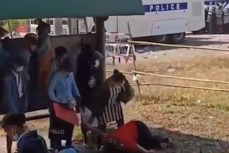 ミャンマーで抗議デモに参加していた10代の女性、銃で頭を撃たれる【動画】