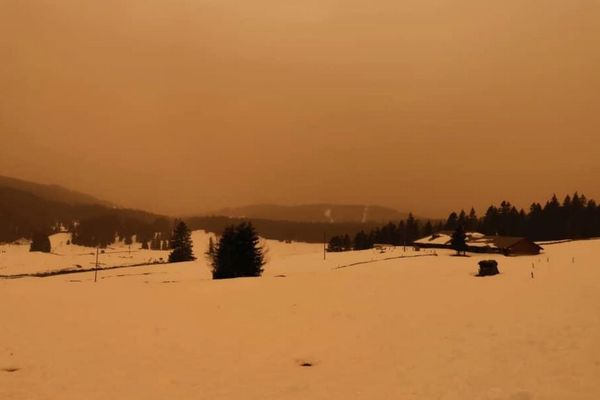 サハラ砂漠から砂塵が到来、アルプスのスキー場もオレンジ色に染まる