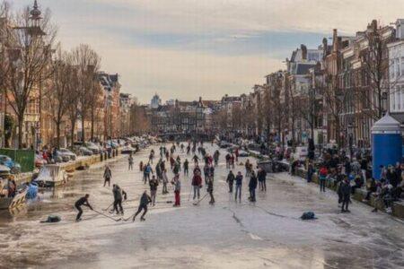 オランダの池や運河などがカチカチに凍り、人々がスケートを楽しむ