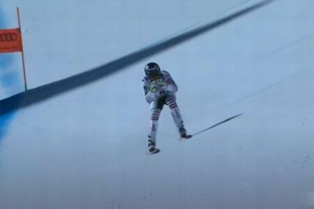 フランス人スキーヤーが競技中にコントロールを失うも、奇跡的に態勢を立て直す
