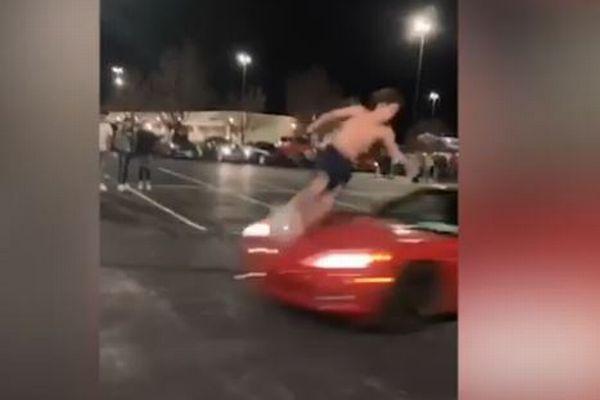 走ってくる車に向かってジャンプ、1回転して飛び越える動画がすごい