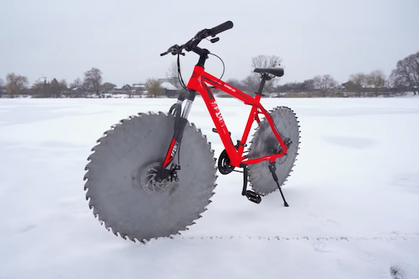 丸ノコを車輪にした自転車で湖の氷上を走ったアメリカの猛者