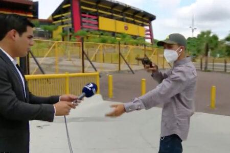 TVニュースの撮影中、レポーターとスタッフが拳銃強盗に遭う【動画】