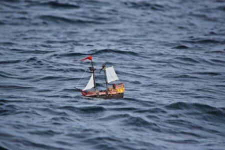 海に浮かべたおもちゃの船、1年経った今も沈まず航行中