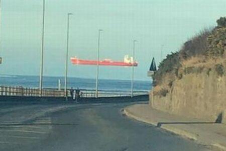 船が海の上に高く浮いている!英で撮影された複数の写真が不思議