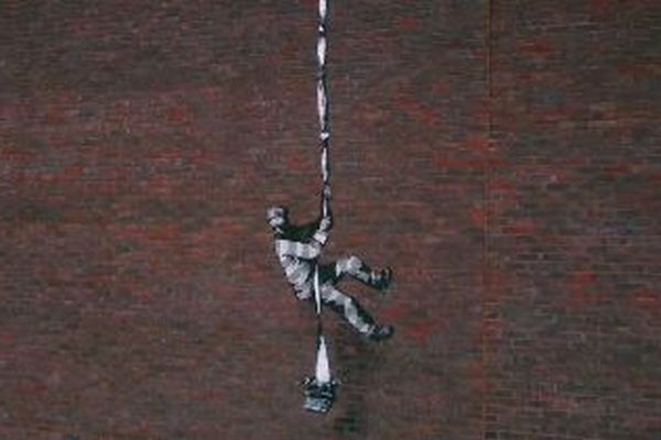 旧刑務所の壁に脱獄する受刑者の絵、新たなバンクシーの作品が登場