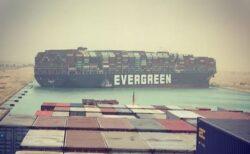 スエズ運河で座礁したコンテナ船、いけないものを航跡で描いてしまう
