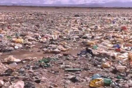 南米ボリビアのウルウル湖がゴミだらけ、プラスチックが広がる光景がショッキング