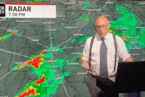 米テレビの気象予報士、自宅が竜巻に襲われてもニュースを伝え続ける