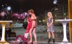 仏「セザール賞」授賞式で女優が政府に抗議、全裸になり新型コロナ対策を批判