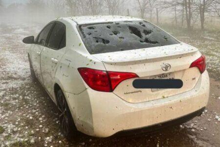 米テキサス州で大きな雹の被害、車や家の窓ガラスも割れてしまう