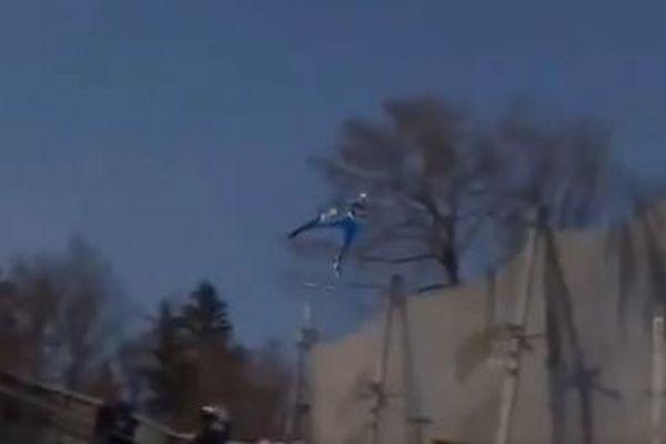 スキージャンプW杯で大事故、金メダリストがバランスを崩し斜面に激突